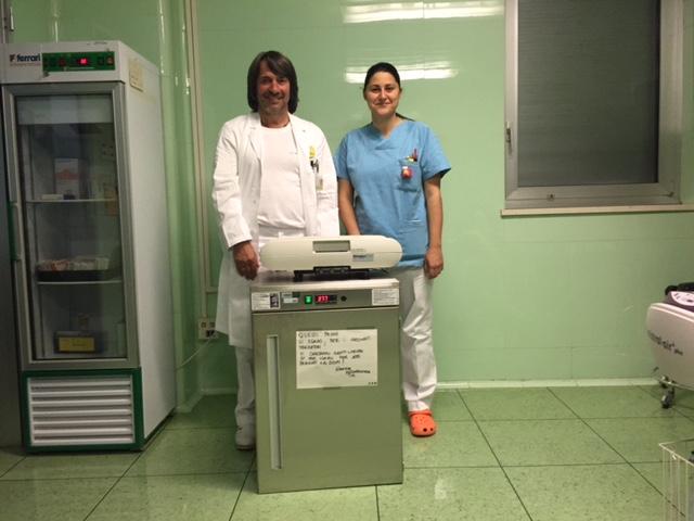 Im Bild: Der Primar der Neugeborenen-Intensivstation Dr. Hubert Messner und die Pflegerin Silvia Violi freuen sich über den neuen Wärmeschrank.